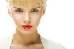 Mujer rubia hermosa con el lápiz labial rojo Foto de archivo