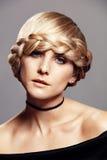 Mujer rubia hermosa con el peinado de la trenza imágenes de archivo libres de regalías