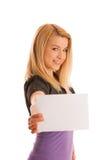 Mujer rubia hermosa con la bandera en blanco para el aislante de los anuncios publicitarios Fotografía de archivo libre de regalías