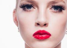 Mujer rubia hermosa con la barra de labios roja y la pocilga clásica de la moda fotografía de archivo libre de regalías
