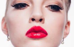 Mujer rubia hermosa con la barra de labios roja y la pocilga clásica de la moda foto de archivo libre de regalías