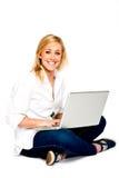 Mujer rubia hermosa con la computadora portátil Imágenes de archivo libres de regalías