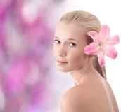 Mujer rubia hermosa con la flor del lirio Imágenes de archivo libres de regalías