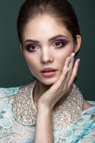 Mujer rubia hermosa con la piel y el pelo sanos, manicura azul, presentando en estudio Cara de la belleza imagen de archivo