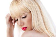 Mujer rubia hermosa con los labios rojos Imagen de archivo libre de regalías