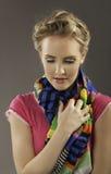 Mujer rubia hermosa con ropa colorida fotografía de archivo