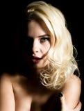 Mujer rubia hermosa de la novia con maquillaje profesional, en un fondo oscuro fotografía de archivo