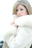 Mujer rubia hermosa en el abrigo de pieles blanco Imágenes de archivo libres de regalías