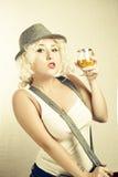 Mujer rubia hermosa en el coñac de consumición del sombrero, estilo del negocio Imagen de archivo