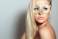 Mujer rubia hermosa en el oro Mask.Masquerade. Muchacha atractiva. Belleza y moda Foto de archivo libre de regalías