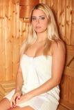 Mujer rubia hermosa en el saun Imagen de archivo libre de regalías