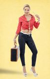 Mujer rubia hermosa en estilo retro con la maleta Foto de archivo libre de regalías