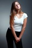 Mujer rubia hermosa en la camiseta blanca con mirada de moda Foto de archivo libre de regalías