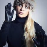 Mujer rubia hermosa en la muchacha de cuero de Gloves.Beauty en casquillo de la piel Foto de archivo libre de regalías