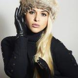 Mujer rubia hermosa en la muchacha de cuero de Gloves.Beauty en casquillo de la piel Fotografía de archivo libre de regalías