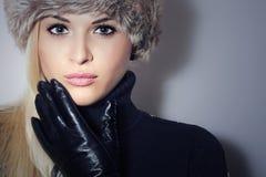 Mujer rubia hermosa en la muchacha de cuero de Gloves.Beauty en casquillo de la piel Fotografía de archivo