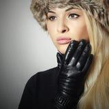 Mujer rubia hermosa en la muchacha de cuero de Gloves.Beauty en casquillo de la piel Fotos de archivo libres de regalías