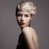 Mujer rubia hermosa. Imagen retra de la moda. Imagen de archivo libre de regalías