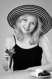 Mujer rubia hermosa joven en un sombrero Fotografía de archivo libre de regalías