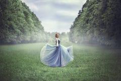 Mujer rubia hermosa joven en vestido azul Fotos de archivo libres de regalías