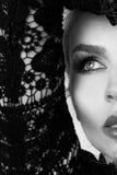 Mujer rubia hermosa muy con los ojos verdes de labios rojos dulces en un peinado sensual con un look sexy y un maquillaje atracti Foto de archivo libre de regalías