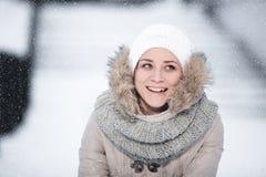 Mujer rubia hermosa que camina al aire libre bajo nevadas Fotografía de archivo