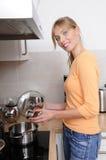 Mujer rubia hermosa que cocina una comida sabrosa imágenes de archivo libres de regalías
