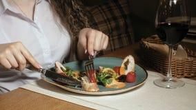 Mujer rubia hermosa que come y que bebe en tiempo del restaurante, del almuerzo o de cena almacen de video