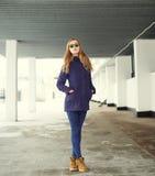 Mujer rubia hermosa que lleva una chaqueta y las gafas de sol Fotografía de archivo libre de regalías