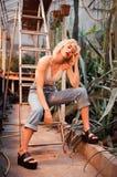 Mujer rubia hermosa que presenta en jardín botánico tropical Fotografía de archivo