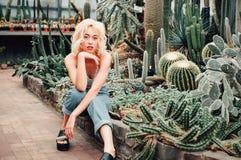 Mujer rubia hermosa que presenta en jardín botánico tropical Imagenes de archivo