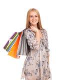 Mujer rubia hermosa que sostiene bolsos de compras Fotografía de archivo libre de regalías