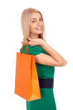 Mujer rubia hermosa que sostiene el bolso de compras Imagen de archivo libre de regalías