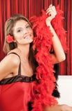 Mujer rubia hermosa que sostiene una boa roja Imagen de archivo libre de regalías