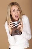 Mujer rubia hermosa que toma las fotografías Fotografía de archivo libre de regalías