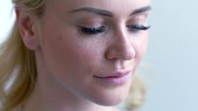 Mujer rubia hermosa que usa los cojines de algodón Mujer que quita maquillaje Piel sana de limpiamiento Belleza y concepto del cu almacen de video