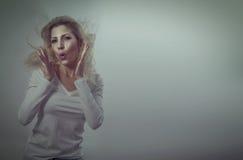 Mujer rubia hermosa sorprendida Imagenes de archivo