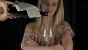 Mujer rubia impaciente joven que bebe el vino rojo y que espera una fecha en café Cámara lenta metrajes