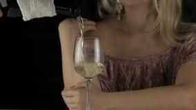 Mujer rubia impaciente joven que bebe el vino rojo y que espera una fecha en café Cámara lenta almacen de metraje de vídeo