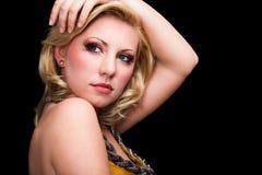 Mujer rubia joven atractiva con mirada atractiva Foto de archivo libre de regalías