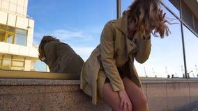 Mujer rubia joven atractiva en foso con la maleta del vintage en la estación marina metrajes