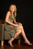 Mujer rubia joven atractiva en silla Fotos de archivo libres de regalías