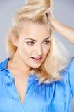 Mujer rubia joven atractiva magnífica Imágenes de archivo libres de regalías