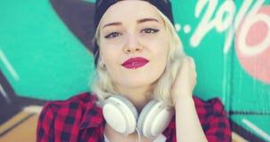 Mujer rubia joven atractiva magnífica almacen de metraje de vídeo