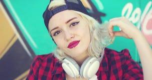 Mujer rubia joven atractiva magnífica metrajes