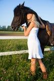 Mujer rubia joven con el caballo Imágenes de archivo libres de regalías