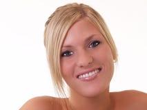 Mujer rubia joven con el medio retrato de la sonrisa imagen de archivo