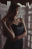 Mujer rubia joven con el pelo enorme largo en el estudio oscuro Imagen de archivo