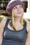 Mujer rubia joven con el sombrero foto de archivo libre de regalías