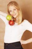 Mujer rubia joven con la manzana verde y roja, buena opción, concepto de la dieta Fotos de archivo libres de regalías